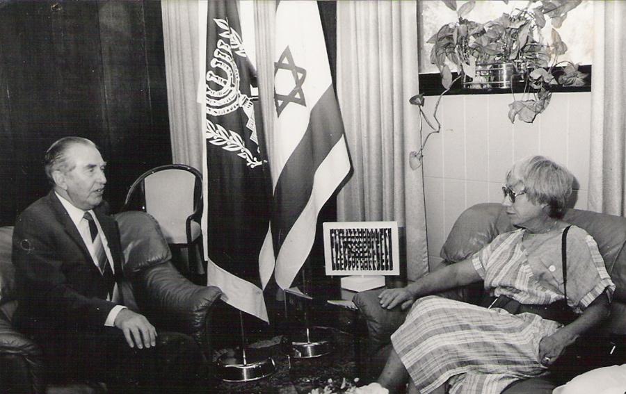 """ג'ין בינט והנשיא חיים הרצוג - 25.5.1986 בעקבות חשיפת """"קשר השתיקה"""" במעריב"""